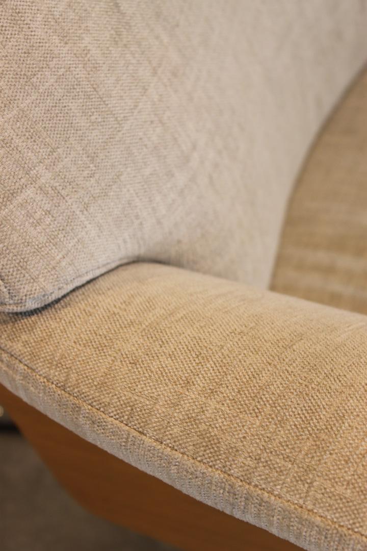 Conform Sessel light beige Seitenschale Eiche lackiert